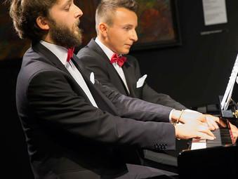"""Tychy, Koncert Dombrova Piano Duo w Miejskiej Galerii Sztuku """"Obok""""."""
