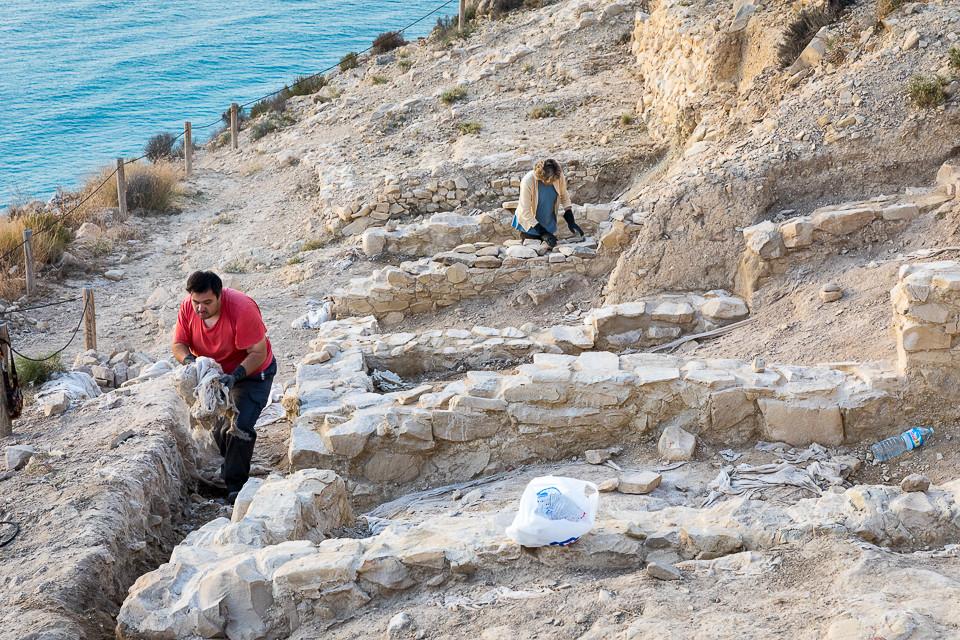 Grunnmur og vegger restatureres med stein fra stedet