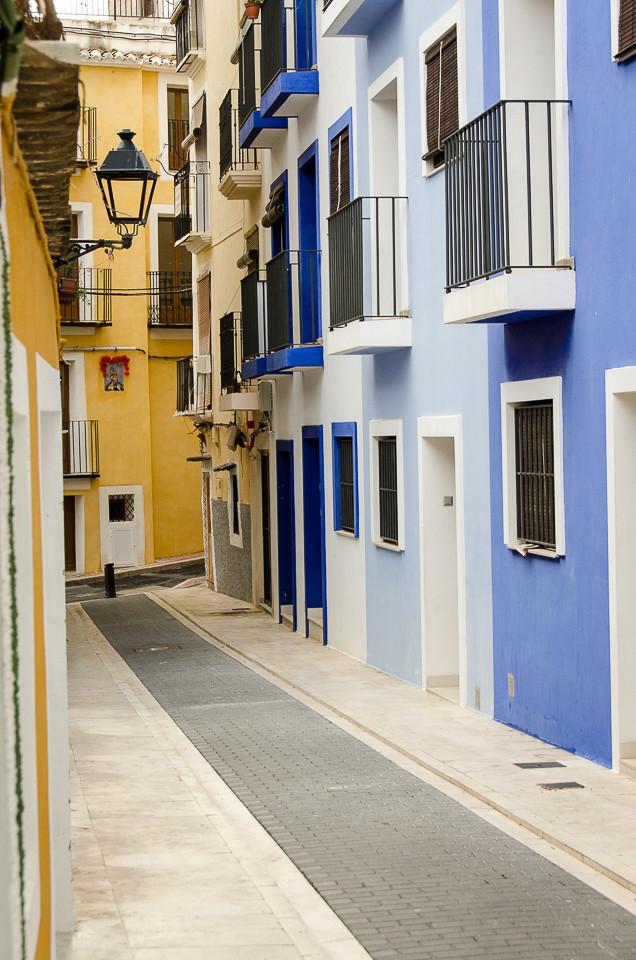 Trang gate med fargerike hus i Villajoyosa