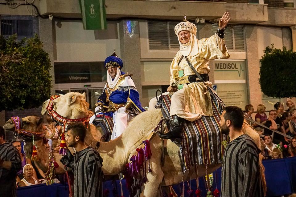 Overhoder ridende på kameler under fiestaen i Villajoyosa