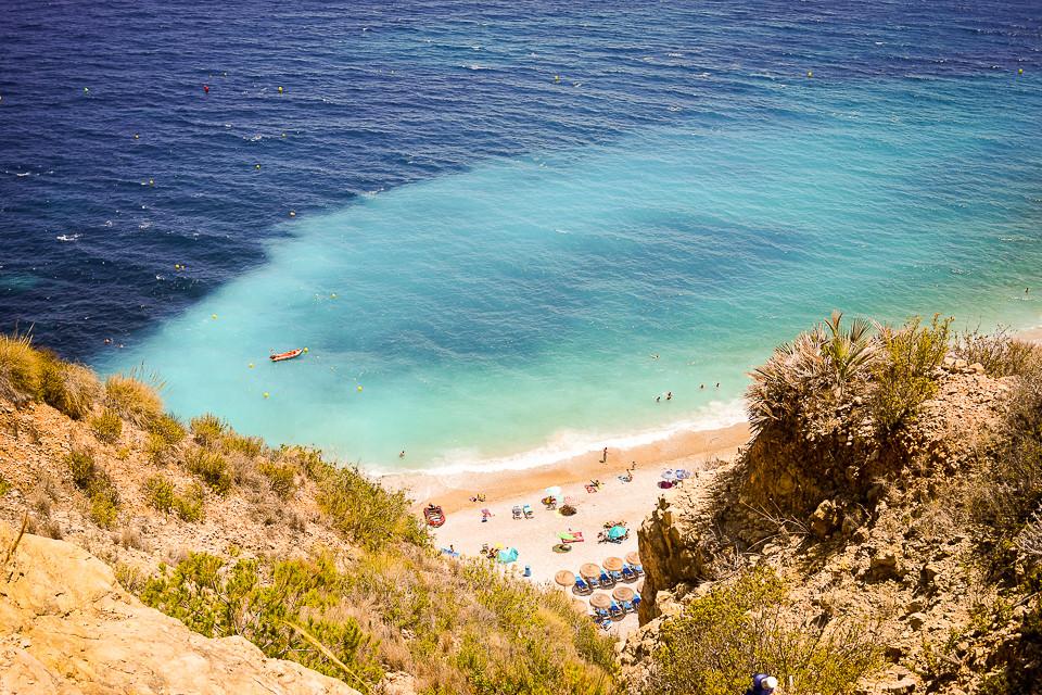 Utsikt til stranden fra toppen av klippen