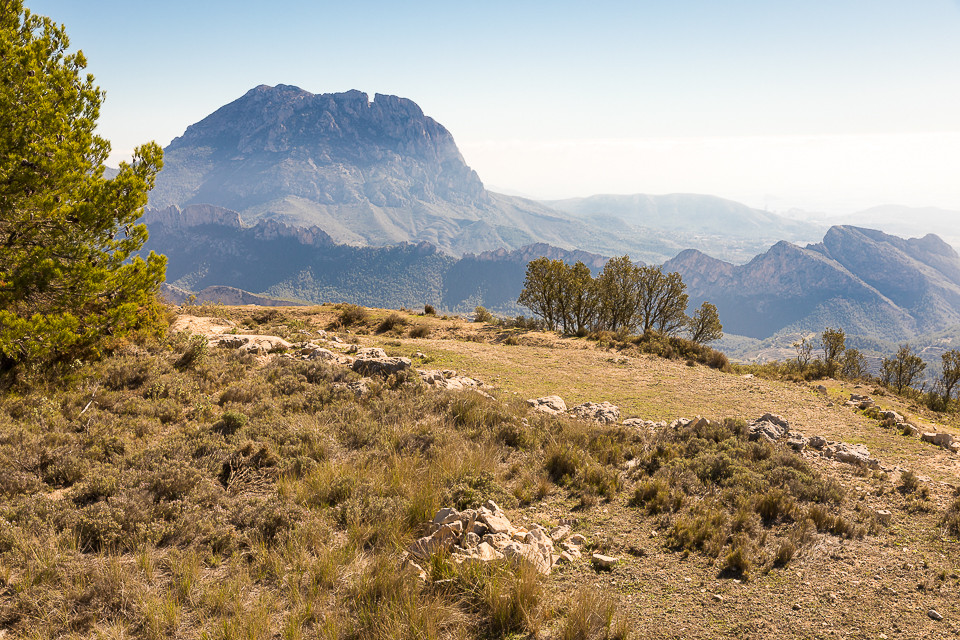 Utsikt mot Puig Campana på toppen av Sellafjellet