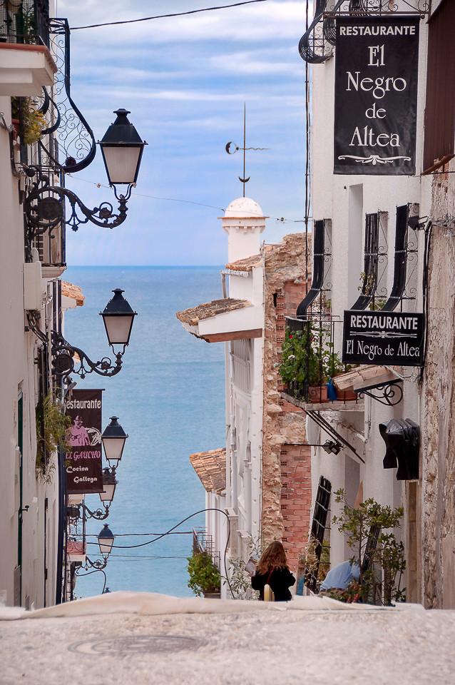 Gatebilde fra gamlebyen med utsikt til havet