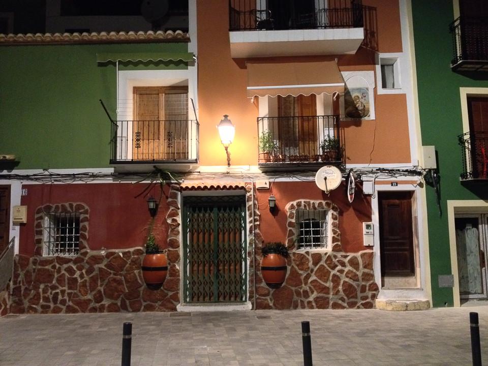 Fargerike hus om kvelden i fiskelandsbyen Villajoyosa i Spania