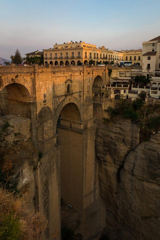 """Den """"nye"""" broen broen som forener de to bydelene av Ronda med det gamle rådhuset på toppen"""