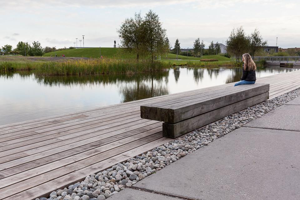 Benk for rekreasjon ved våtmarksområde i Nansenparken ved Fornebu