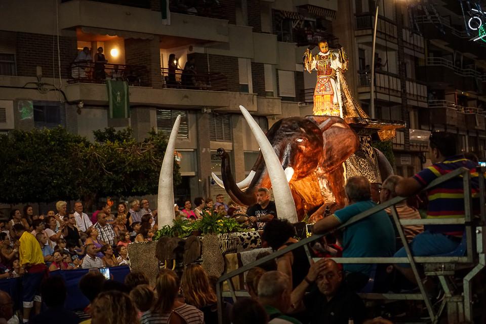 Stor elefant i prosesjonen under fiestaen i Villajoyosa