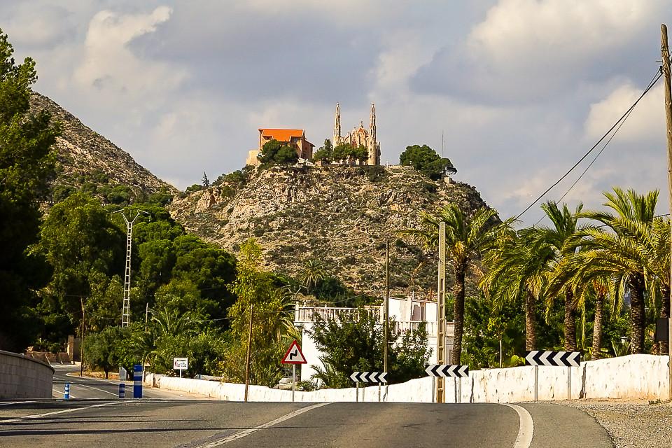 Kirken sett fra foten av åsen.