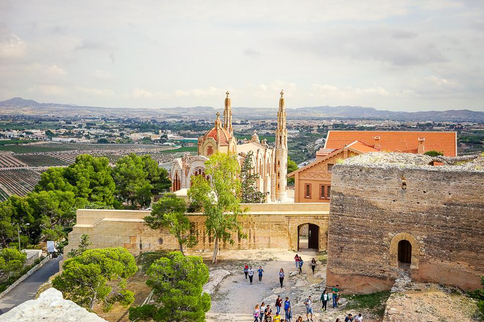 Utsikt til kirken og dalen fra middelalderslottet Castillo de la Mola