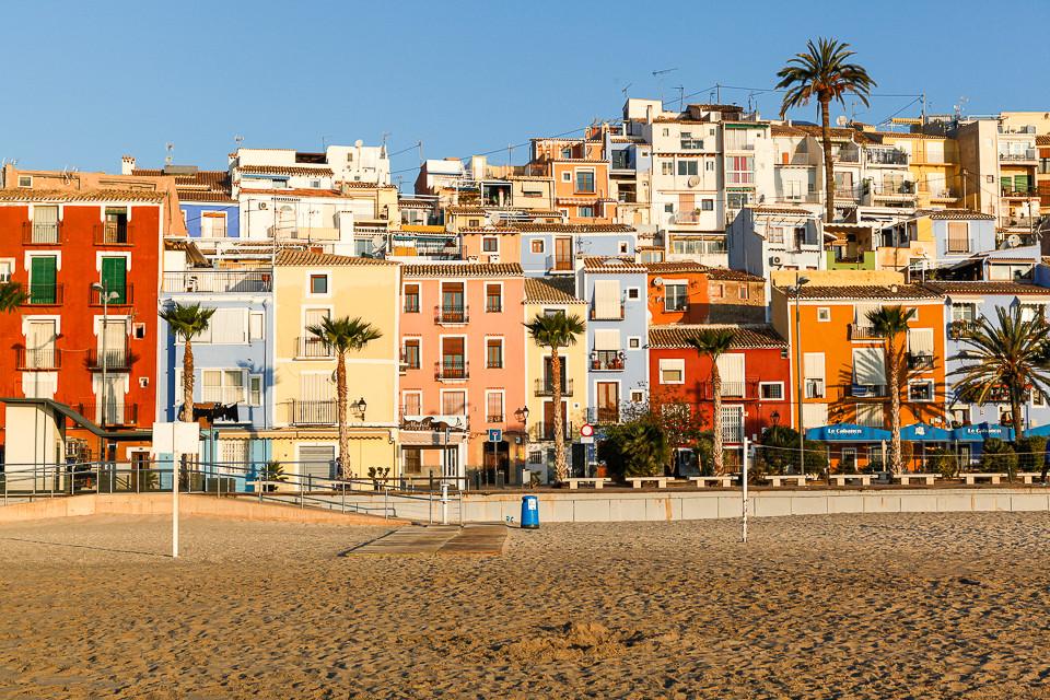 Fargerike hus i første linje mot stranden i Villajoyosa