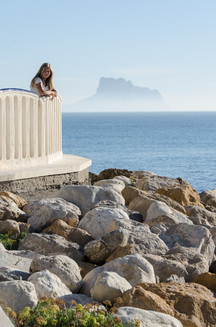 Kvinne ser på Middelhavet ved Altea