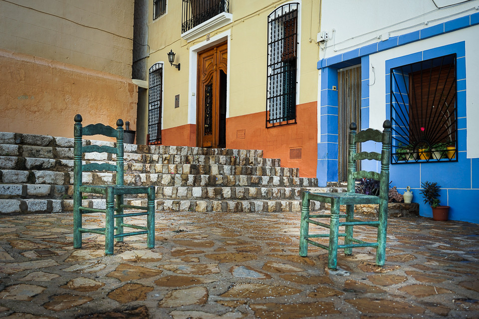 Åpen plass med stoler i Finestrat