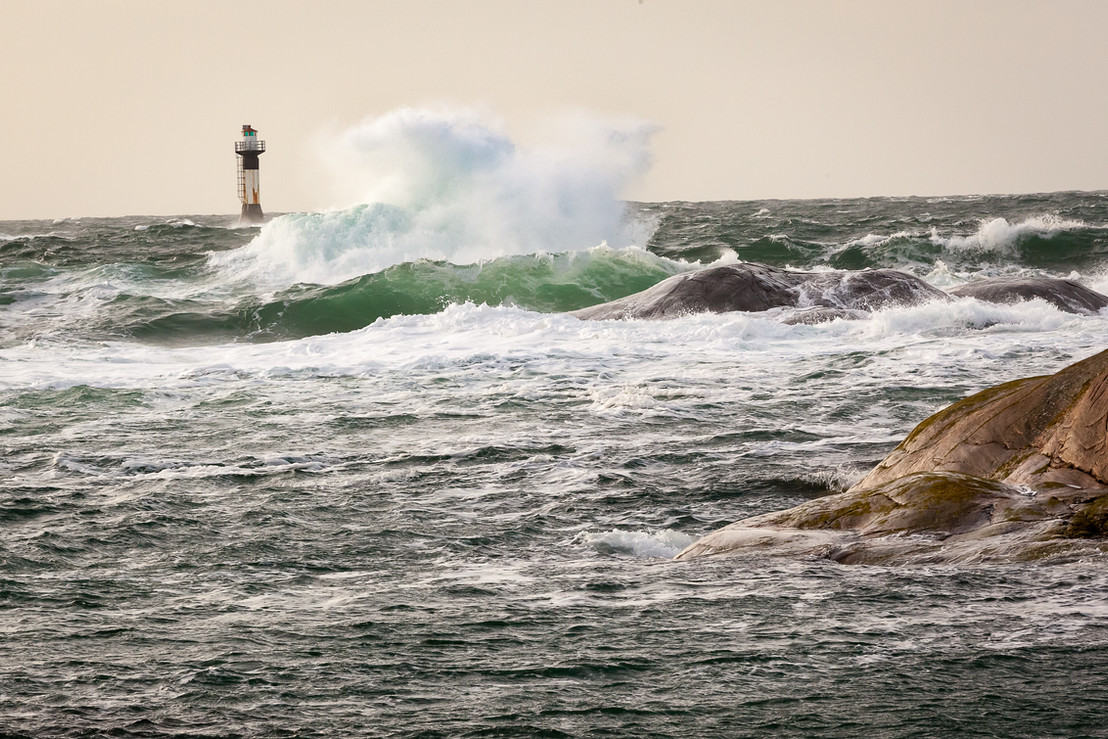 Bølge slår innover skjær