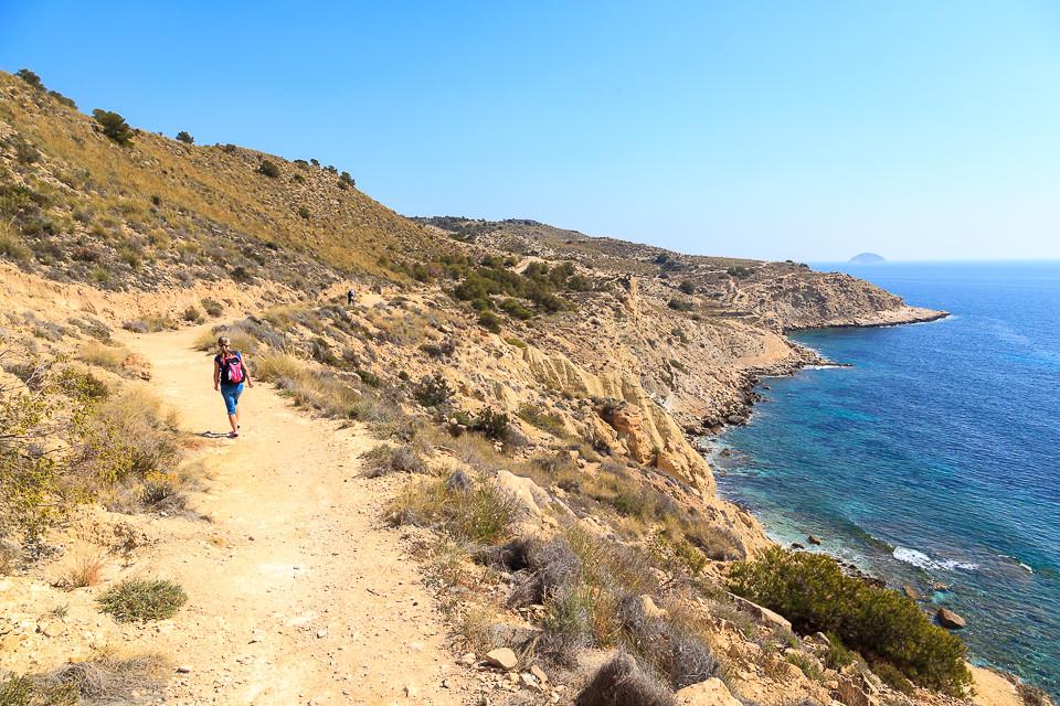 Tursti langs kystlinjen mellom Villajoyosa og Benidorm