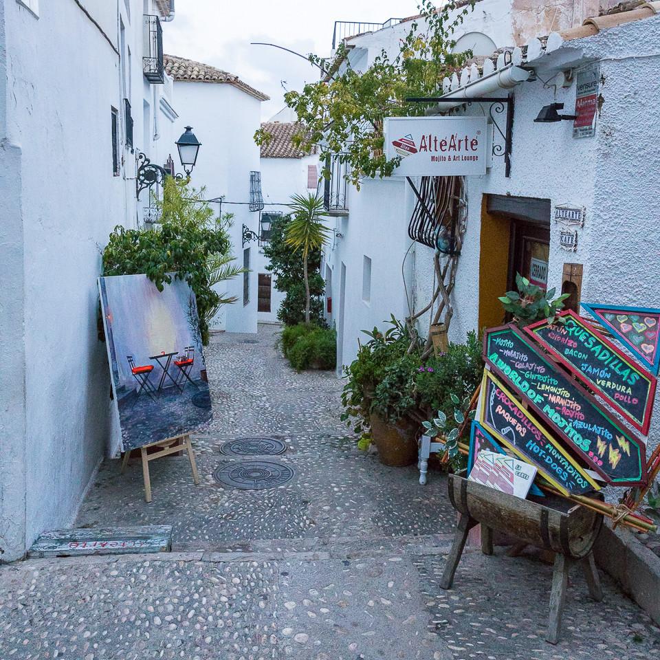 Kunstgalleri med utstilt kunst på gaten i gamlebyen i Altea