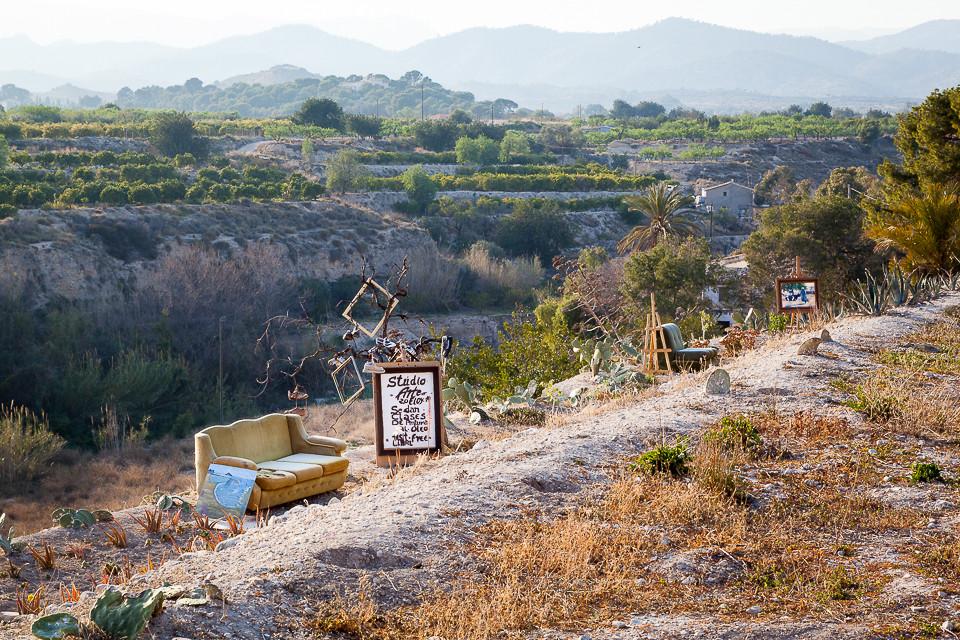 Moderne kunst utstilt i veikanten ved Villajoyosa
