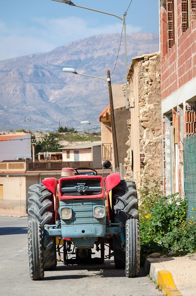 Traktor utenfor bolighus i Agost