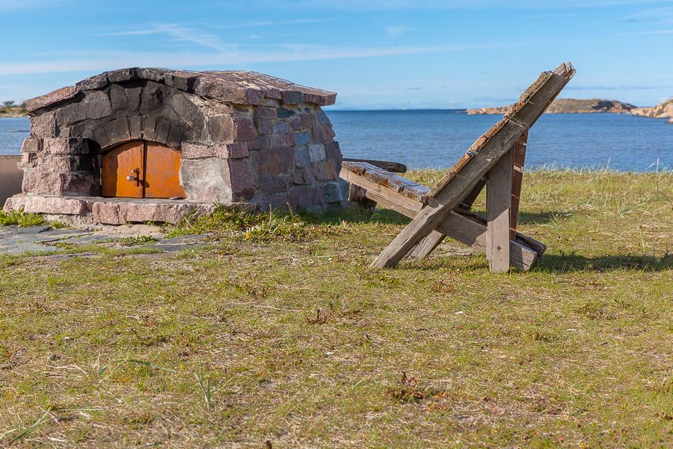 Selvlaget stol i drivveid og ovn bygget av stein fra området