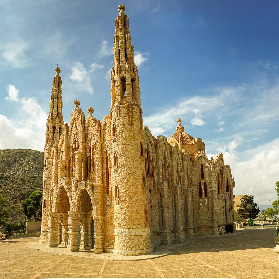 Fremsiden av kirken Santuario Santa Maria Magdalena med de to tårnene