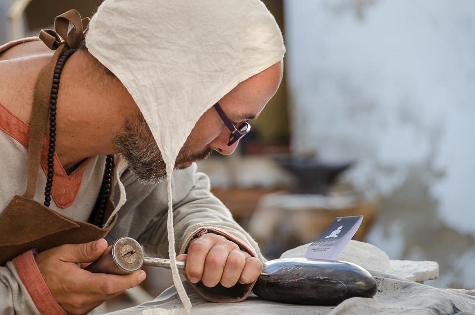 En ung man demonstrer tradisjonelt hånderk