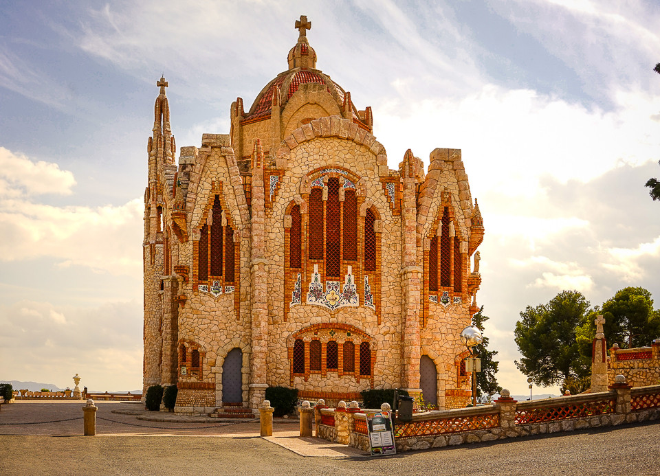 Santuario Santa Maria Magdalena - en Gaudi inspirert kirke fra 1946