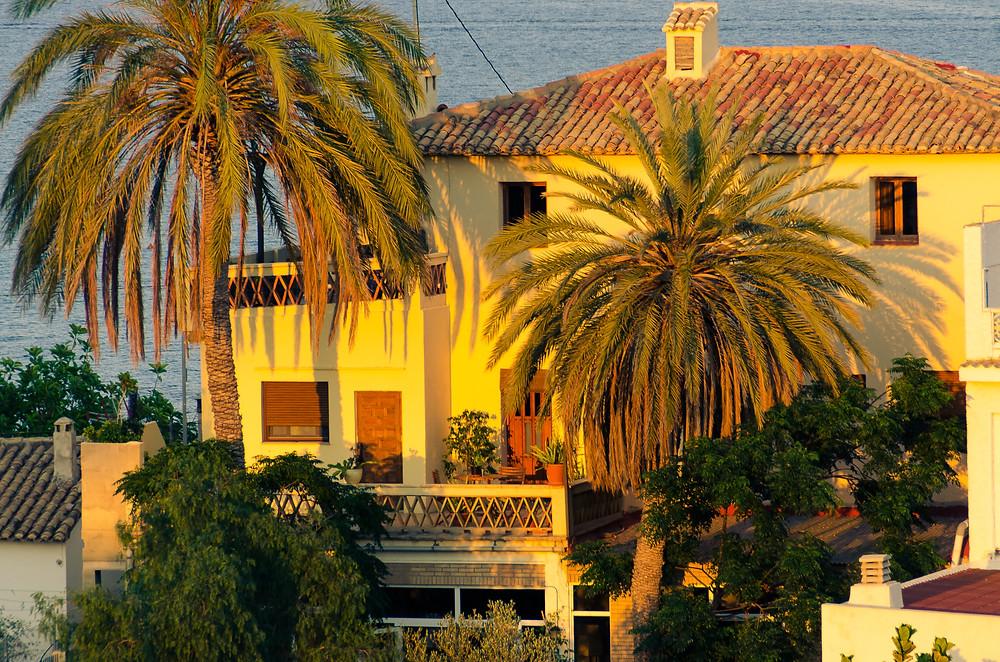 Villa med palmer i solnedgang i Villajoyosa