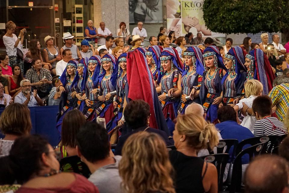 Kvinnelige soldater marsjerer under fiestaen i Villajoyosa