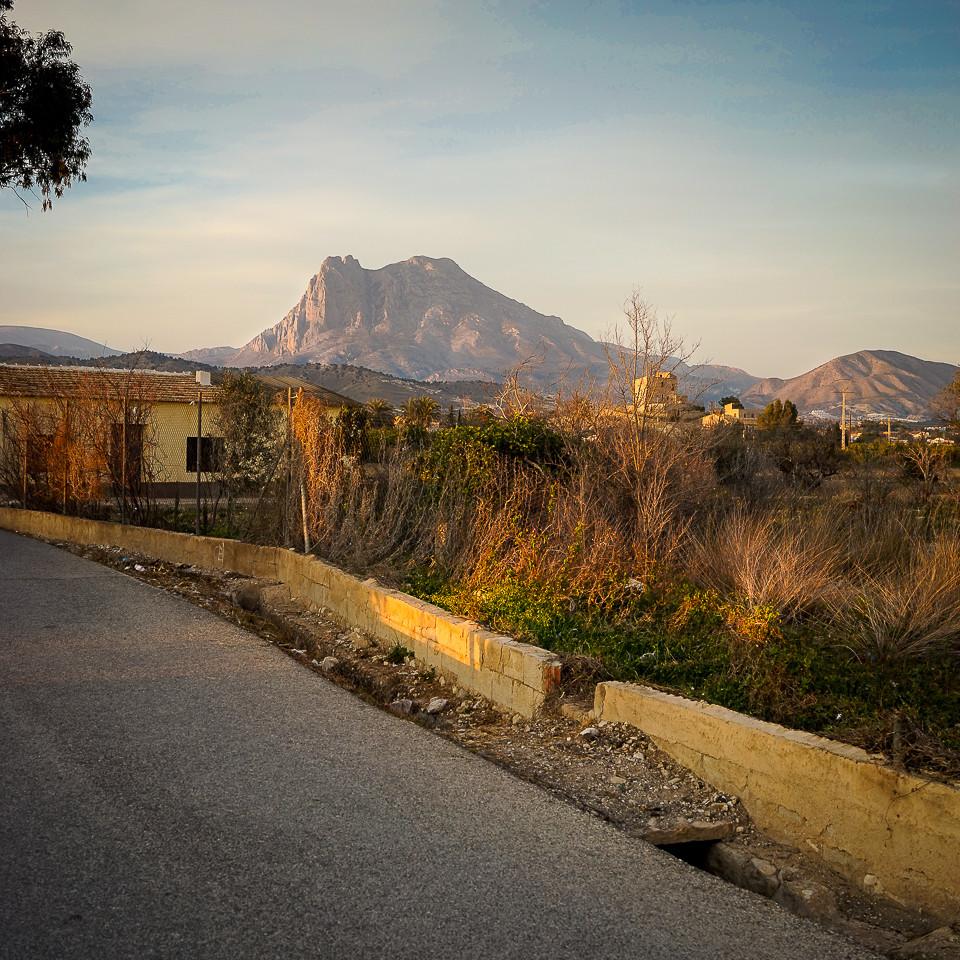 Utsikt til fjellene fra appelsinveien i Villajoyosa