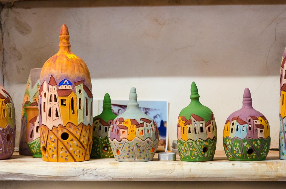 Keramikklamper med bilder av landsbyer