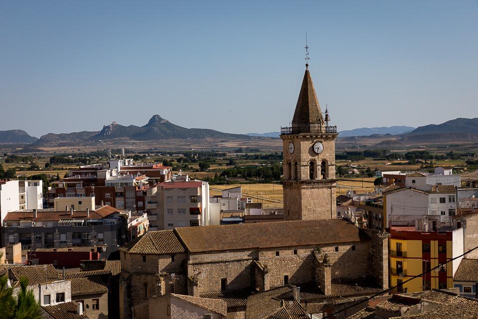 Den lille byen Sax med kirken i sentrum sett fra borgen