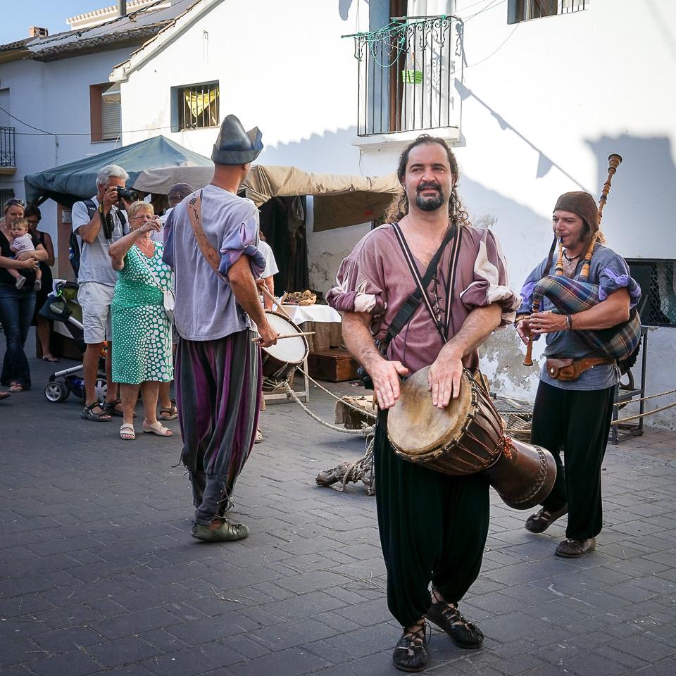 Musikanter underholder i gatene på middelaldermarked i Nucia i Spania