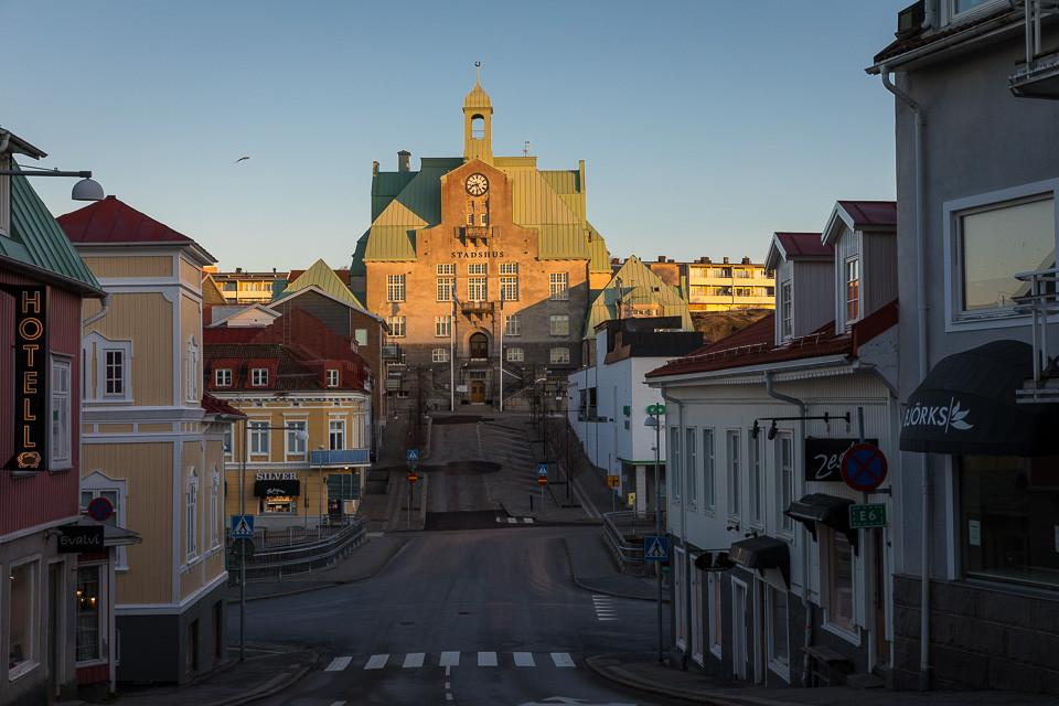 Strømstads stadshus om natten