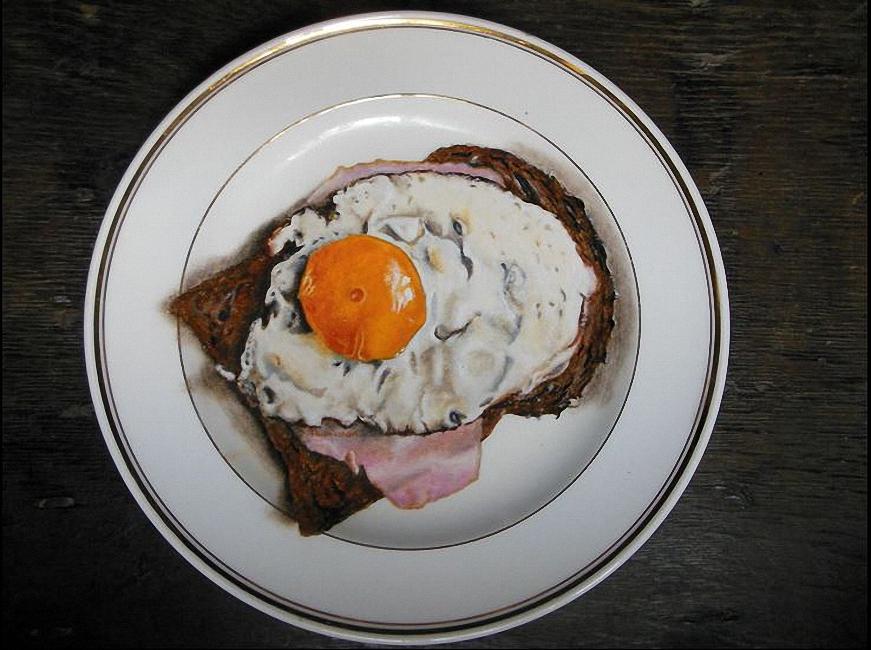 Brood met ham en ei op bord.jpg