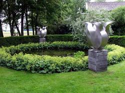 RVS-tulpenbeelden-aan-vijver