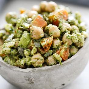 Salada Proteica de grão de bico com molho de castanhas