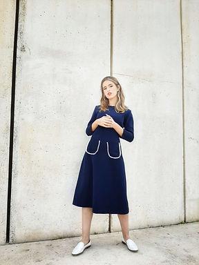 שמלה כחולה עם כיסים מפנינים