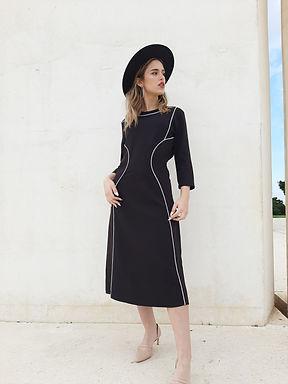 שמלה שחורה בגזרה מחטבת