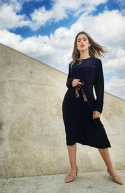 שמלה שחורה עם קשירה מנומרת