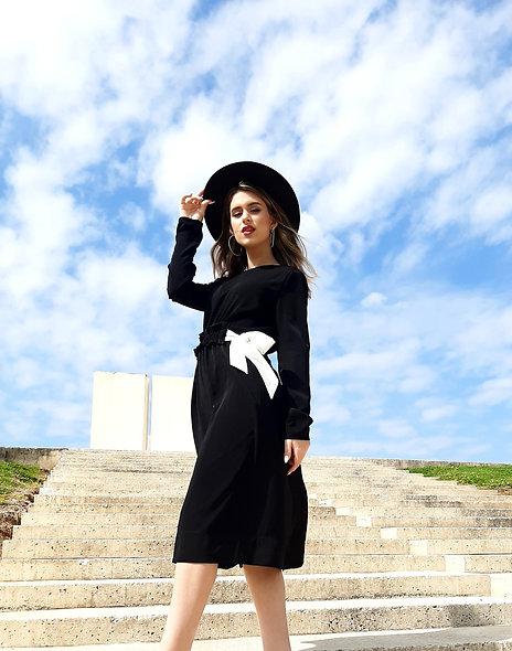 שמלה שחורה עם קשירה בצדדים