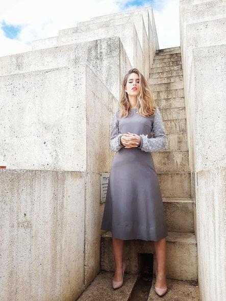 שמלה אפורה עם שרוול שיפון
