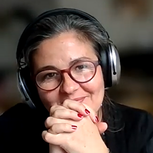 """Discover the written portrait of Julie Guertin, creator of the podcast """"discover, live, become"""""""
