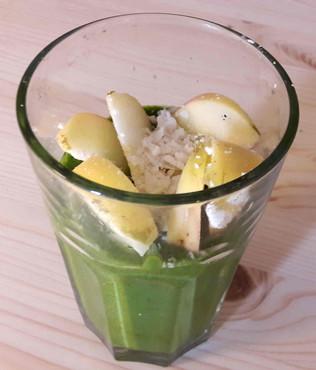 Grüner Smoothie mit Kokosmus