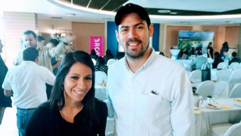 Nora Banegas Gerente de Marca de Distribuidora ISTMANIA con asistente del Restaurante Hacienda Real