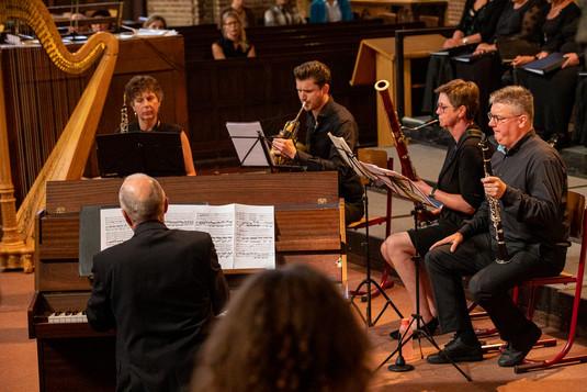 Vrouwenkoor Dal Cuore (onderdeel van het Zuid Nederlands Concert Koor) o.l.v. Rick Muselaers   Sabien Canton (harp)  Jasper Arts (hoorn)  Remon Aarts (hoorn  Ton Kos (piano)  Jef Geerinckx (fluit)  Petra Schoonenboom (hobo) Peter Verschuren (klarinet)  Ine Maass (fagot)   Foto's: Adriaan Raesen