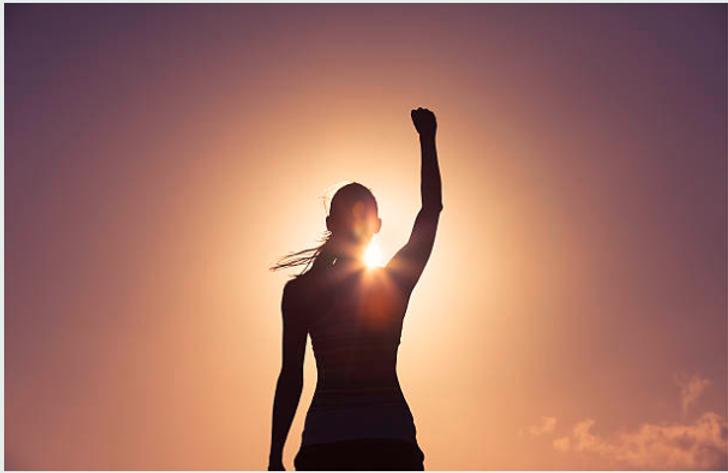 mujer frente sol mano levantada.png