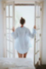mujer despertando ventana.jpg