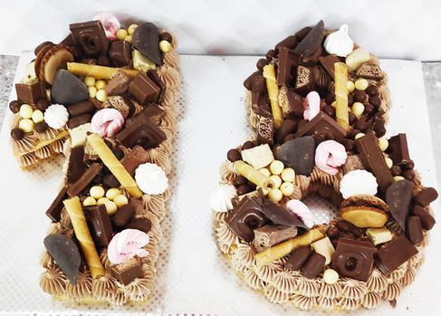 עוגת מספרים  קרם שוקולד וחטיפי שוקולד