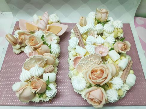 עוגות מספרים לגיל 16 פריך חמאה שקדים קרם מסקרפונה מרנגים מרשמלו מקרונים ופרחים חיים