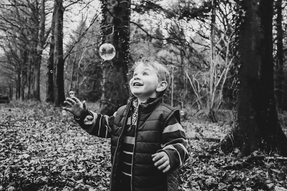 Family photographer in Salisbury, Wiltshire, bubbles