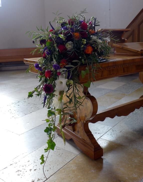 der Pfarrer und die Hochzeitsgäste haben einen schönen Anblick